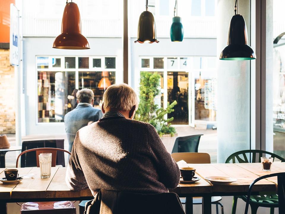 カフェでくつろく老人
