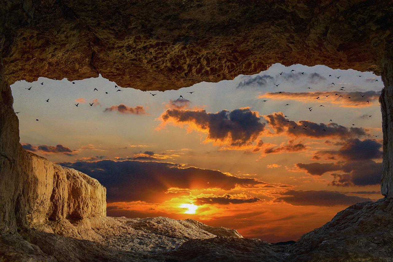 洞穴からの夕日